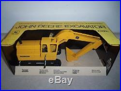 JOHN DEERE 690 EXCAVATOR NEW in BOX ERTL Vintage Farm Toys JD Construction